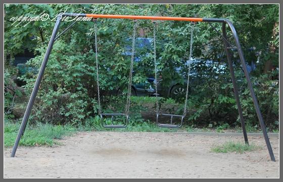 Качели - опасный элемент детской площадки